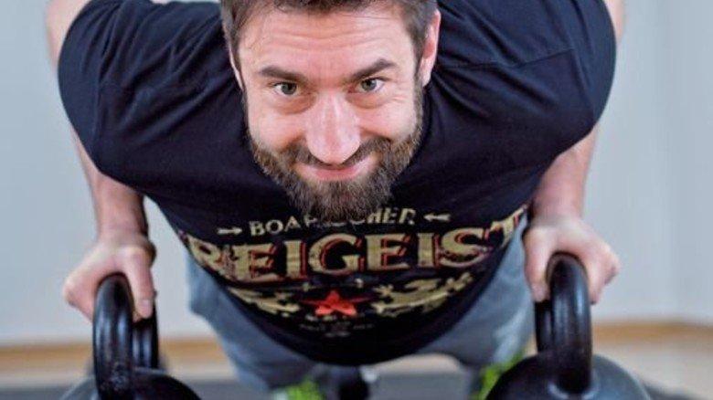 Anstrengend: Ein Crossfitter mit Gewichten – den sogenannten Kettlebells. Foto: Straßmeier