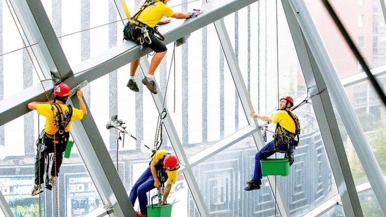 Gut gesichert: Gebäudereiniger bei der Arbeit. Foto: Ullstein