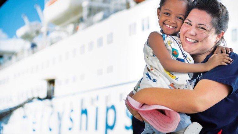 """Hilfe für die Armen: Das Klinik-Schiff """"Africa Mercy"""" hat Motoren von MAN. Foto: Mercy Ships, Ruben Plomp"""