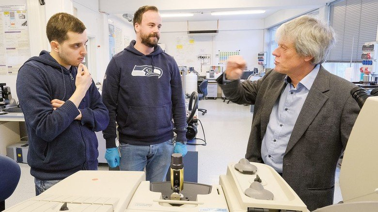 Hightech-Analyse: Andreas Breuksch und Janik Laages (von links) besprechen mit Professor Giese Ergebnisse einer Untersuchung.