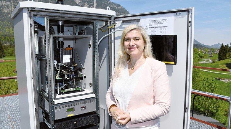 ePIN: Die bayerische Gesundheitsministerin Melanie Huml vor einem der Pollen-Messgeräte.