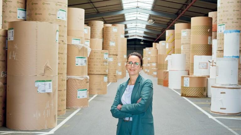 """Werksleiterin Erika Reiter im Lager: """"In sechs Wochen ist das alles verarbeitet."""""""
