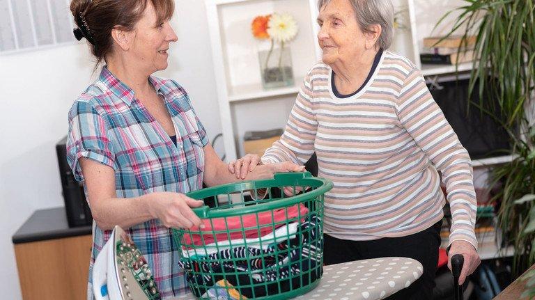Hilfe von Angehörigen: Wenn die eigene Familie sich um pflegebedürftige Angehörige kümmert, sind oft Sohn oder Tochter gefordert. Um dafür Zeit zu haben, kann man sich beruflich eine Auszeit nehmen.