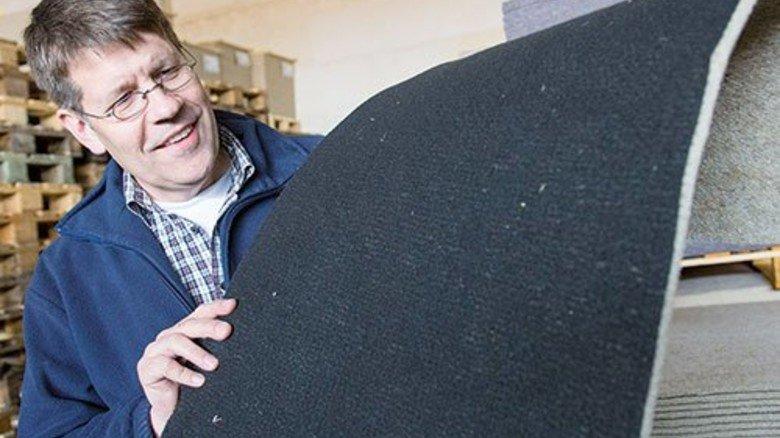 Fertiges Vlies: Hartmut Steffen zeigt Matten für den Auto-Innenraum. Foto: Strassmeier