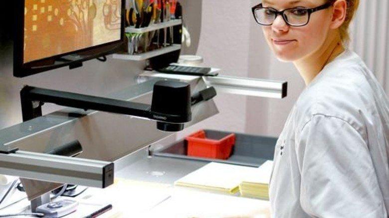 Glücklich über ihre Stelle in der Qualitätskontrolle: Jasmin Schäfer. Foto: Scheffler