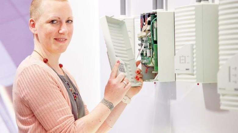 Ging unbeirrt ihren Weg: Heute überwacht Lena Niederstuke die Installation von Brandschutzanlagen. Foto: Gossmann
