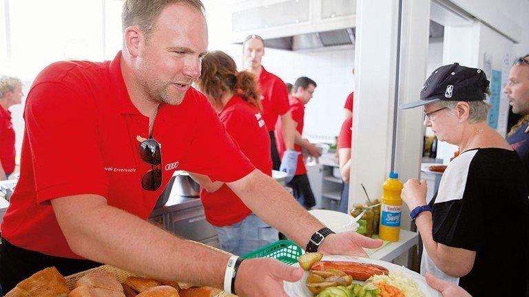 Mahlzeit: Audi-Mitarbeiter aus Neckarsulm grillten für Wohnungslose und Bedürftige. Foto: Werk