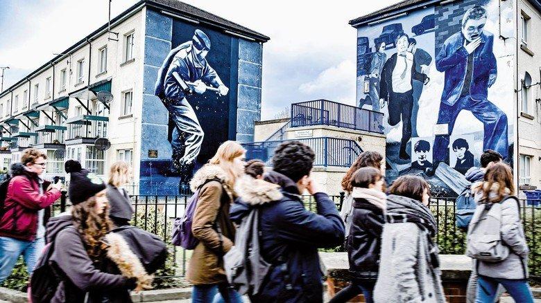 Martialisch: Wandgemälde im katholischen Viertel Bogside in der Stadt Derry. Im April wurde bei Zusammenstößen in der Stadt eine Journalistin erschossen.