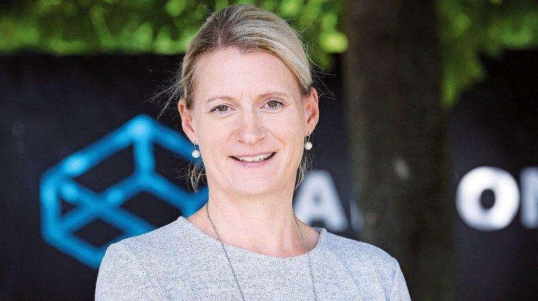 Christine Eikermann vor dem Arconic-Logo: Sponsoring-Anträge der deutschen Standorte gehen über ihren Tisch.