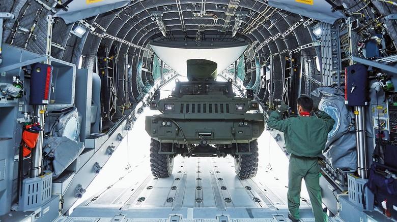 Vielseitig: Die Maschine transportiert nicht nur Kampffahrzeuge nd andere militärische Güter, sondern auch ziviles Material für Hilfsorganisationen wie das Rote Kreuz.