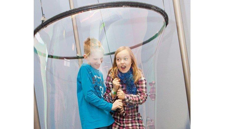 Besonders beliebtes Exponat: Riesen-Seifenblasen, in die sogar mehrere Kinder gleichzeitig hineinpassen.
