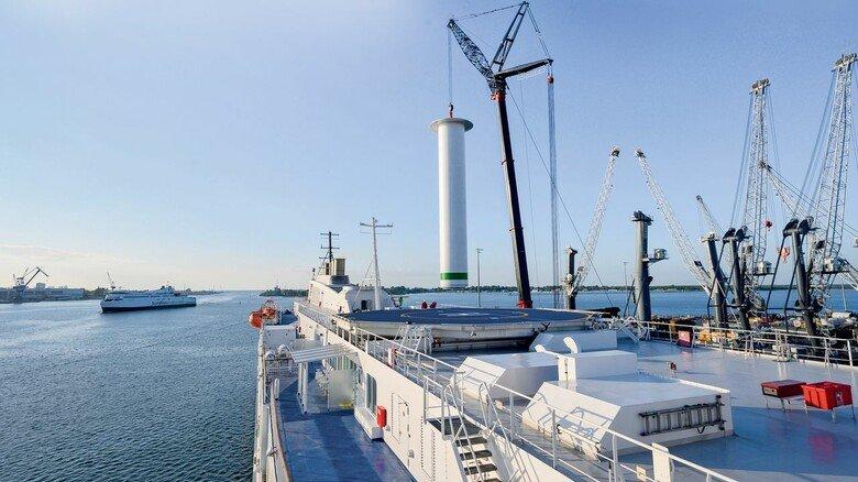 Umrüstung: Das Rotorsegel wurde während eines geplanten Aufenthalts in Rostock binnen weniger Stunden auf das Deck der Hybrid-Fähre gesetzt.