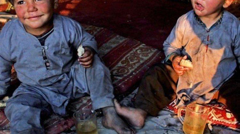 Afghanistan: Kaum Hoffnung. Kinder in einem Notlager in Nangarhar, Afghanistan. Rund 10.000 Afghanen stellten 2014 in Deutschland einen Asylantrag. Foto: dpa