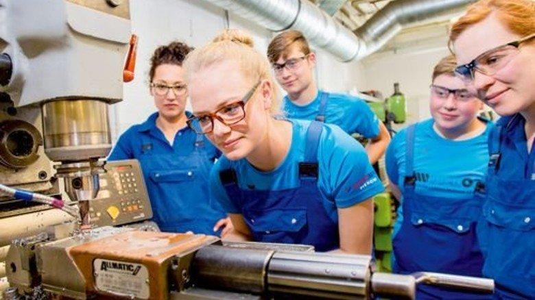 An der Maschine: Ausbildungsleiterin Jennifer Steffens (ganz links) mit Azubis – vier Frauen, ein Mann. Foto: Straßmeier