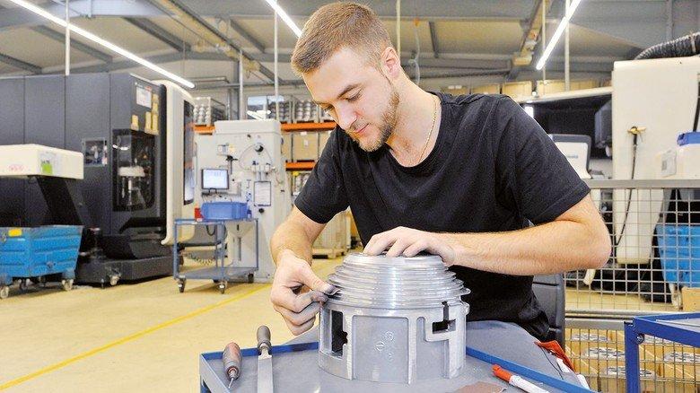 Feinarbeit: Willi Plininger glättet eine Seilrille nach.
