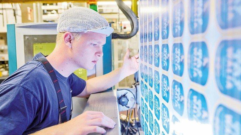 Volle Konzentration: Benjamin Gück kontrolliert die gedruckten Etiketten.