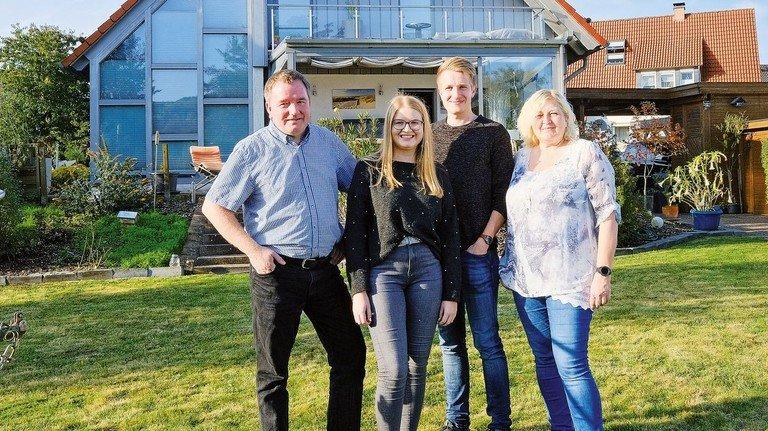 Heimatverbunden: Familie Müller vor ihrem Häuschen in Sonneborn.