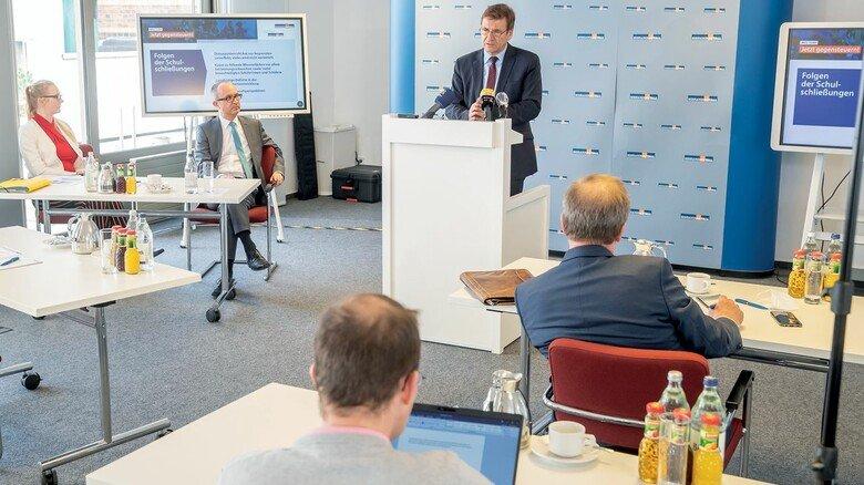 Kritisieren Homeschooling: Arbeitgeberchef Dr. Volker Schmidt (Mitte) und Olaf Brandes (links) von der Stiftung NiedersachsenMetall.