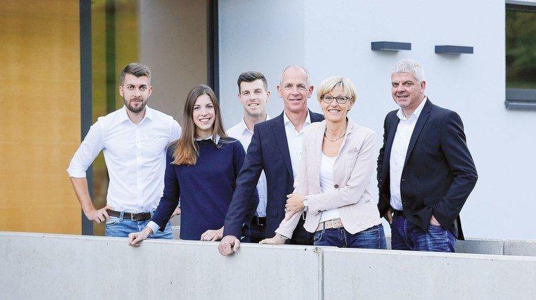 Machen gemeinsam einen guten Job: Firmenchef Christoph Martin (rechts) und Maschinenführer Baris Bilen.