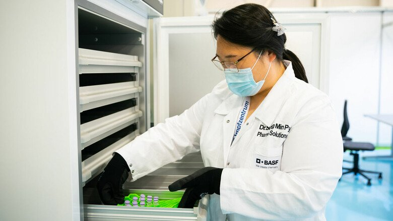 Sortiert: Pharmazeutin Sung Min Pyo im BASF-Impfzentrum.