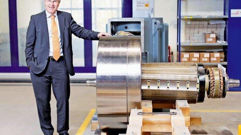 Erfolgsmodell: Geschäftsführer Detlev Seidel am Schwungrad einer Anlage zur unterbrechungsfreien Stromversorgung. Foto: Schaarschmidt