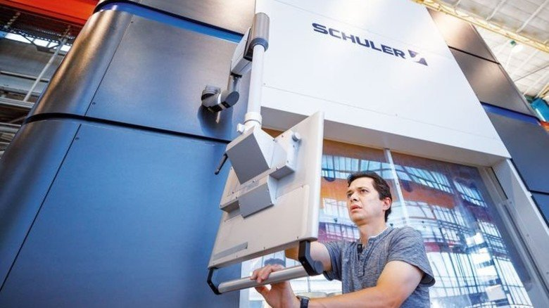 Hightech: Mit wenigen Touchscreen-Befehlen wird die Presse konfiguriert. Foto: Stoppel
