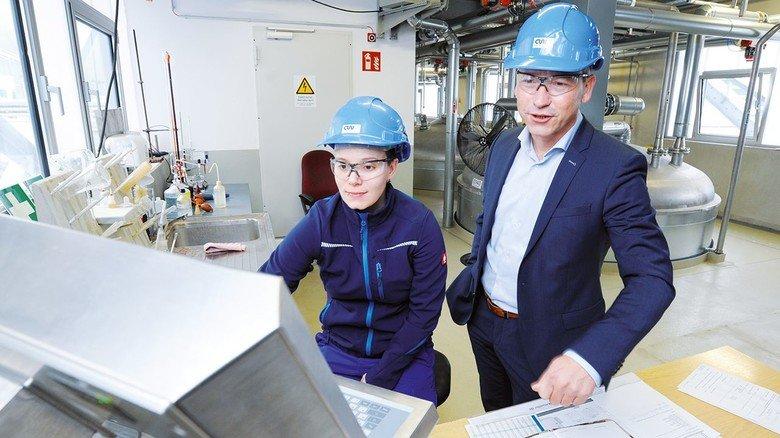 Die neue Anlage läuft: Lars Böttcher am Arbeitsplatz von Chemikantin Julia Rauch.