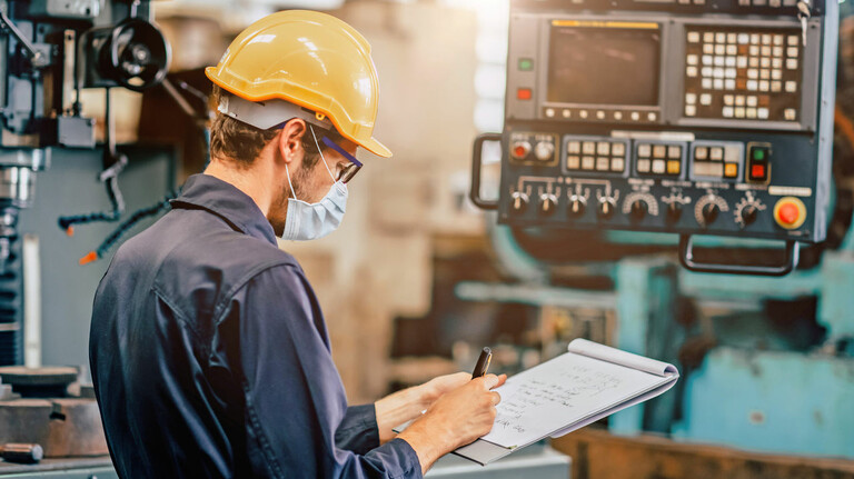 Metall- und Elektro-Industrie: Die Betriebe müssen in Maschinen und Anlagen investieren, trotz rückläufiger Umsatz- und Auftragszahlen.