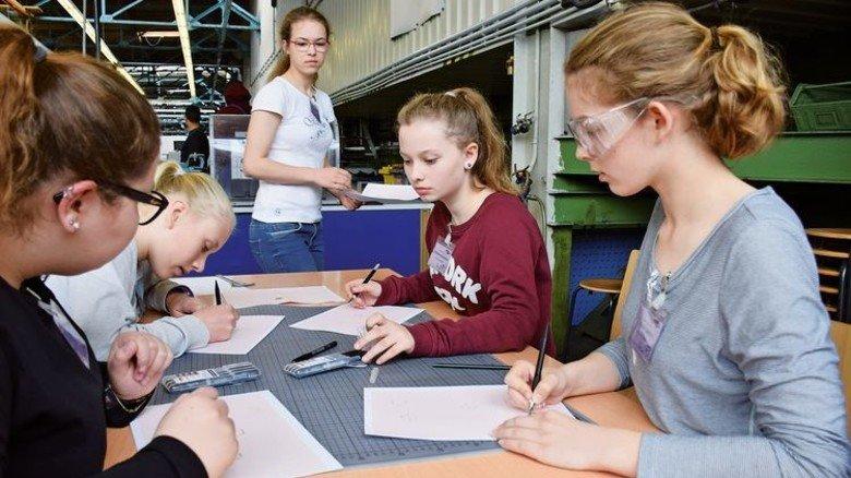 Kreativ in Kiel: Bei der TA Nord konnten die Mädchen ein Schmuckstück designen. Foto: TA Nord