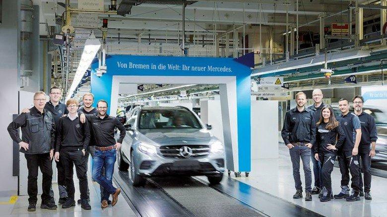 Stolz auf neue Millionenmarke: Mitarbeiter von Mercedes vor dem Jubiläumsfahrzeug. Foto: Werk