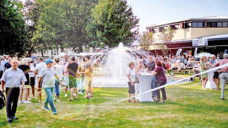 Viel los am Piller- Brunnen: Die Bürger nahmen die Einladung des Unternehmens gerne an.