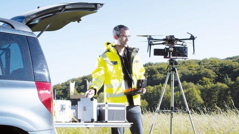 Vorbereitung zum Flug: Die Ausrüstung kostet rund 7.000 Euro. Inzwischen hat der Drohnenpilot seine Leidenschaft als Gewerbe angemeldet.