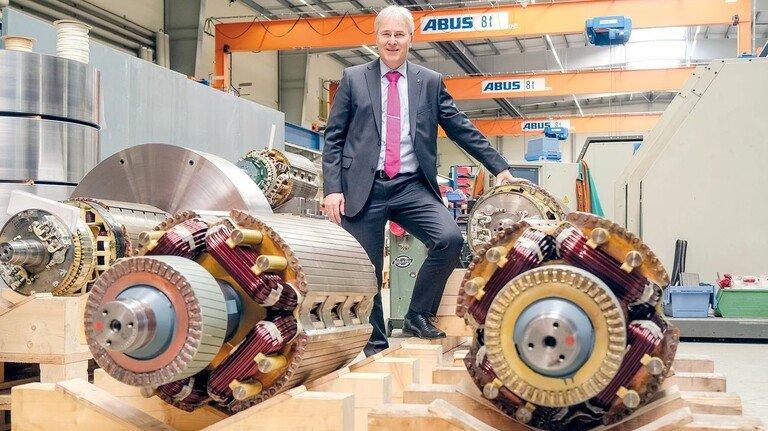 Stolz aufs Produkt: Geschäftsführer Detlev Seidel mit kinetischen Speichern.