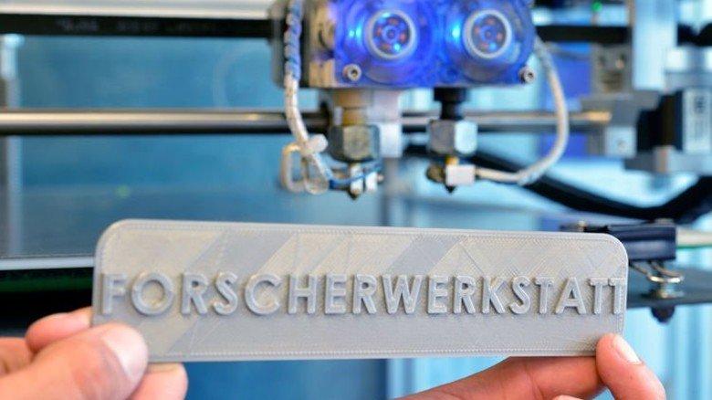 Im Workshop programmiert: Welches Schild der 3-D-Drucker fertigen soll, können jeweils die Schüler entscheiden. Foto: Scheffler