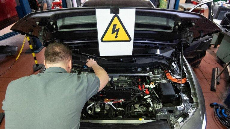 Kontrolle: Wer ein gebrauchtes E-Auto kauft, sollte den Akku in einer Fachwerkstatt überprüfen lassen.