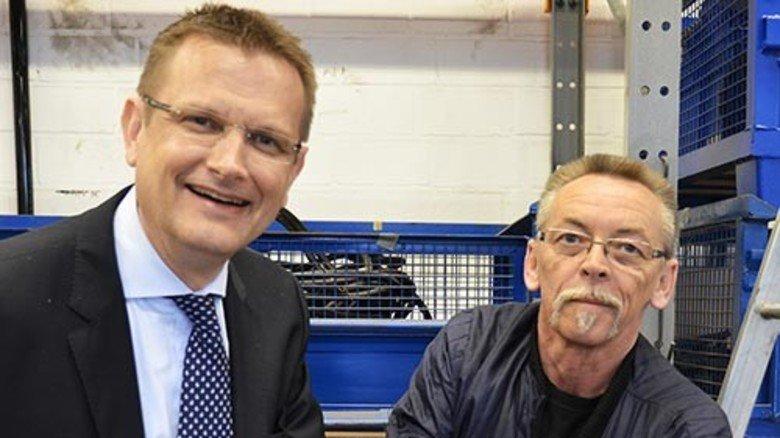 Beispiel Still: Geschäftsführer Thomas A. Fischer (links) überreicht Siegfried Sauck eine Prämie. Foto: Werk