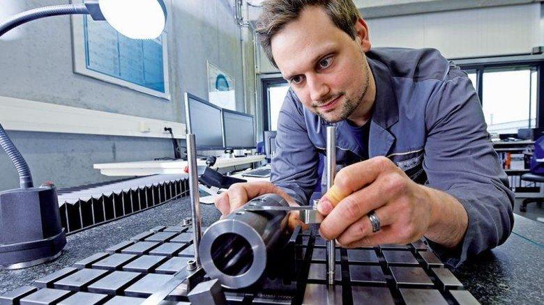 Präzisionsarbeit: René Hilmer prüft ein Teil mit einem 3-D-Koordinatenmessgerät. Foto: Augustin