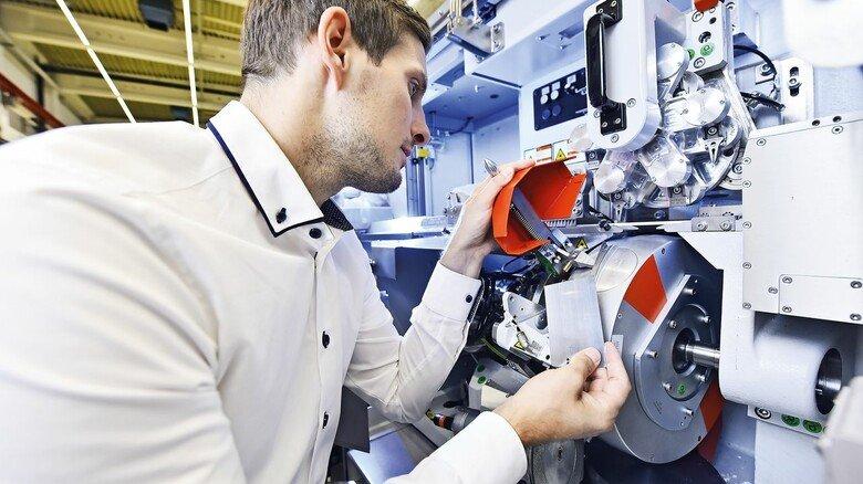 """Mit Liebe zum Detail: Tobias Nick war als Projektleiter an der Entwicklung der neuen Maschine """"Hauni Straw Maker"""" beteiligt."""