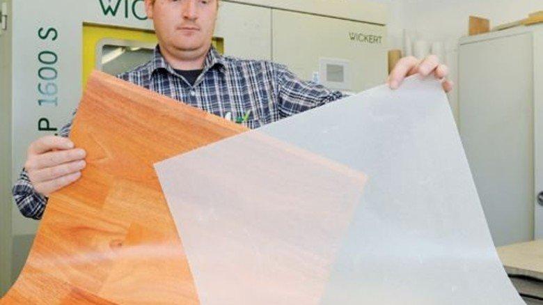 Im Labor: Michael Groß zeigt die Schichten, die miteinander verpresst werden. Foto: Wirtz