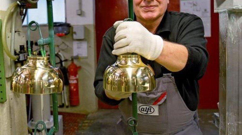 Alles im Griff: Waldemar Erbes bestückt die Galvanisierungsanlage. Foto: Mierendorf