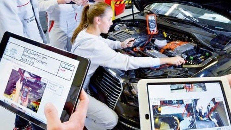 Der Computer hilft: Audi-Auszubildende arbeiten und lernen am Hochvolt-System. Foto: Werk