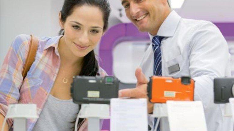 Persönliche Beratung: Eine der Stärken des Einzelhandels. Foto: Mauritius