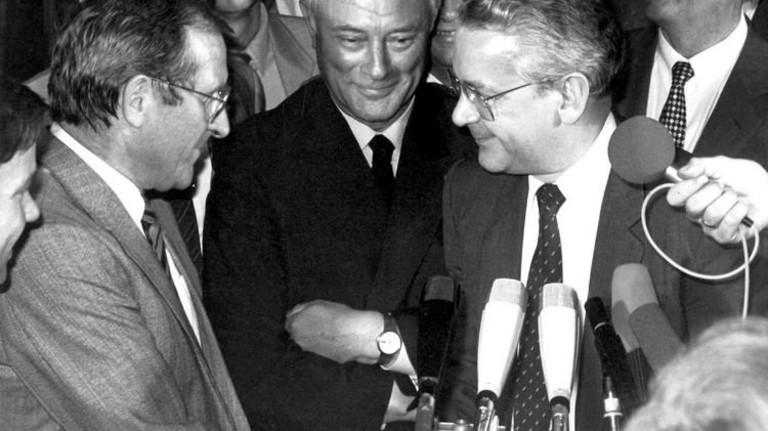 Stolz auf das Erreichte: Schlichter Georg Leber (Mitte) beim Handschlag der beiden Verhandlungsführer Hans Peter Stihl (rechts) und Ernst Eisenmann im Juni 1984. Foto: dpa