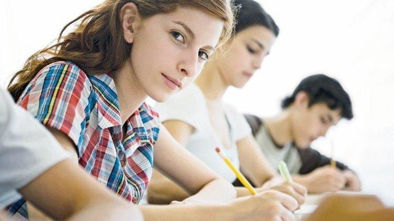 Prüfungen: 53 Prozent der Abiturienten sind weiblich. Foto: plainpicture