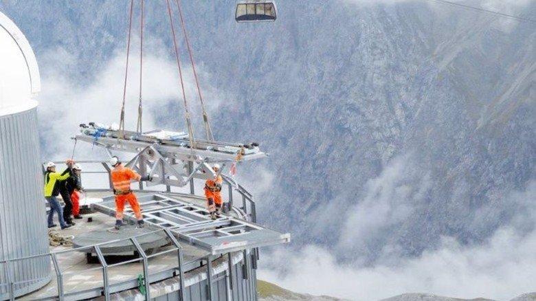 Schwere Last: Die Geräte kommen per Hubschrauber. Foto: UFS