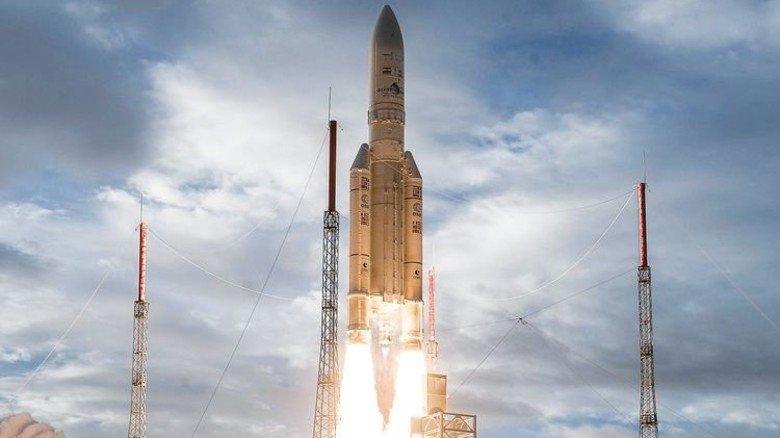Stammen aus dem Werk des Raumfahrtunternehmens MT Aerospace aus Augsburg: Die beiden Booster rechts und links vom Hauptteil der Ariane-Rakete. Foto: ESA-CNES-ARIANESPACE