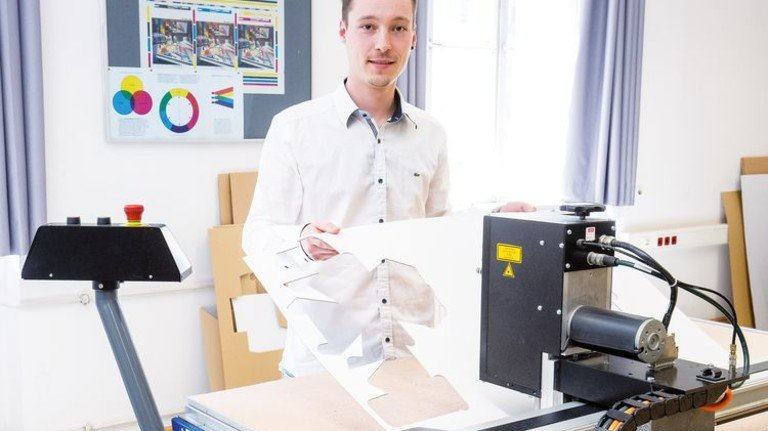 Simon Böck hat erfolgreich seine Weiterbildung zum Papiertechniker an der Alois-Senefelder-Schule in München gemeistert. Foto: Bodmer
