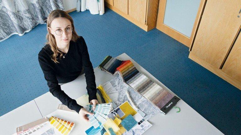 Auswahl: Die Produktgestalterin sucht Farben, die zur Einrichtung des Hotelzimmers passen.