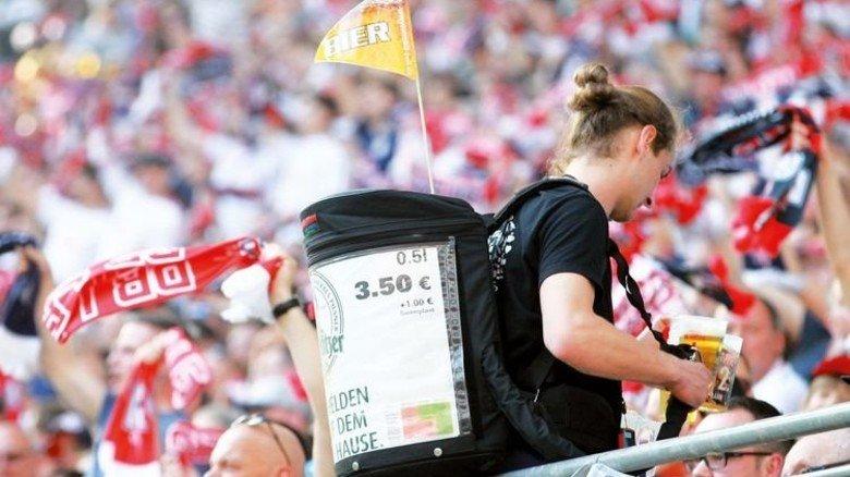 Nachschub: Mitarbeiter versorgen die Fans sogar am Platz mit Bier. Foto: Imago