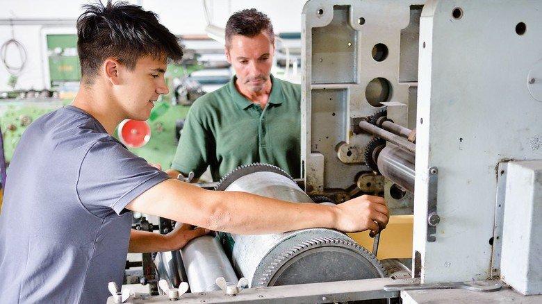 Sie haben die Maschinen gut im Griff: Betriebsleiter Daniel Gebhard (hinten) und Ron Yücel, Industriemechaniker-Azubi.